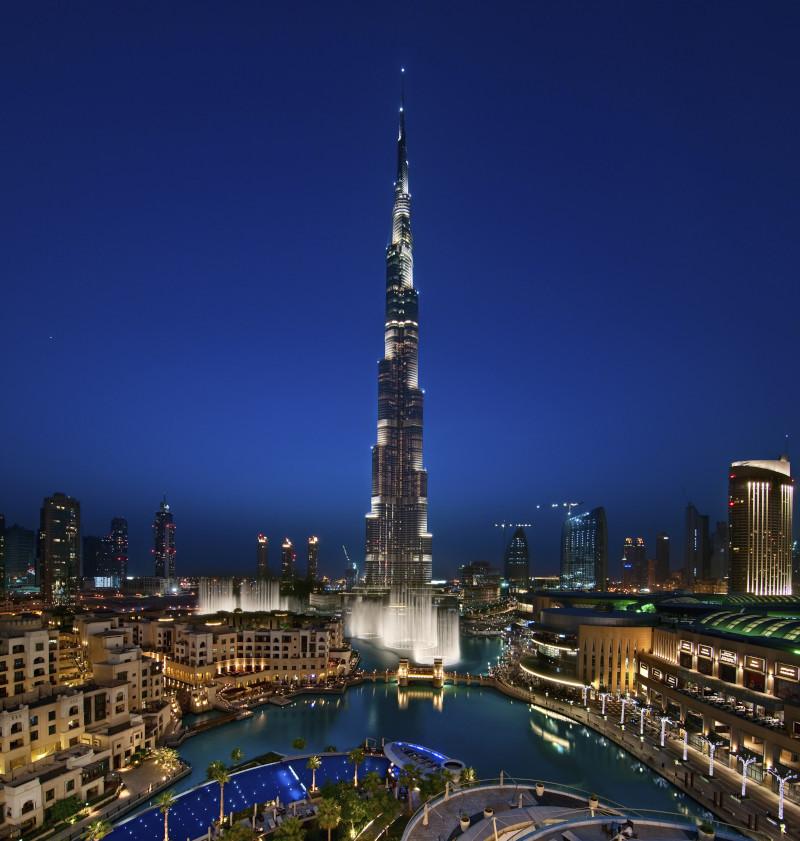 Blick auf Burj Khalifa und die Dubai Fountain bei Nacht