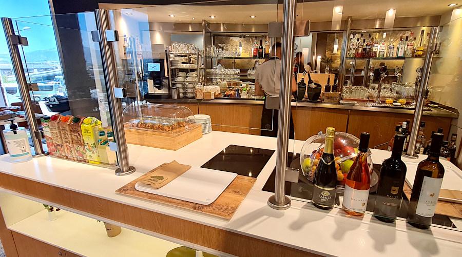 Bedienung an der improvisierten Bar der Lufthansa Business Lounge Athen