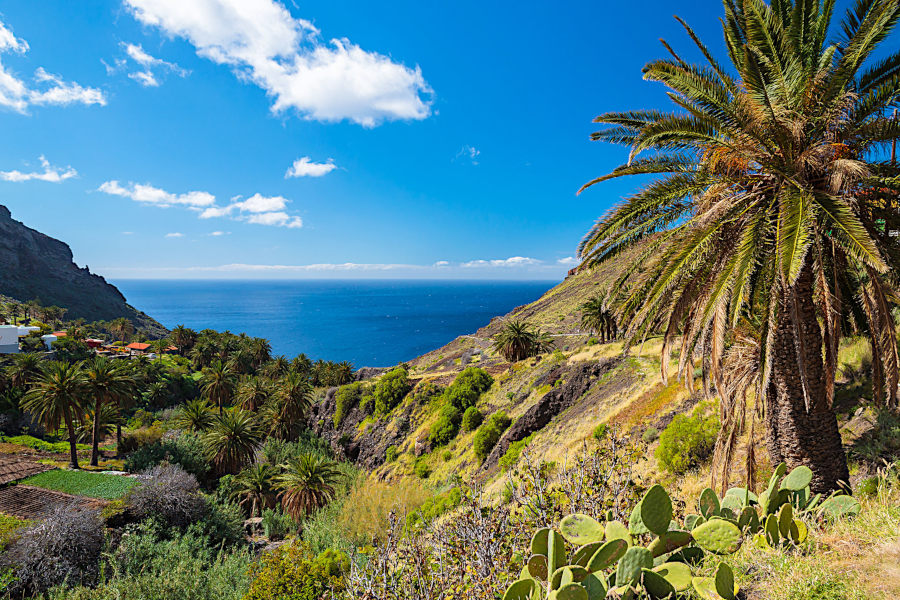 Idyllisches Gebirgstal auf La Gomera, Kanaren, mit Blick auf das Meer