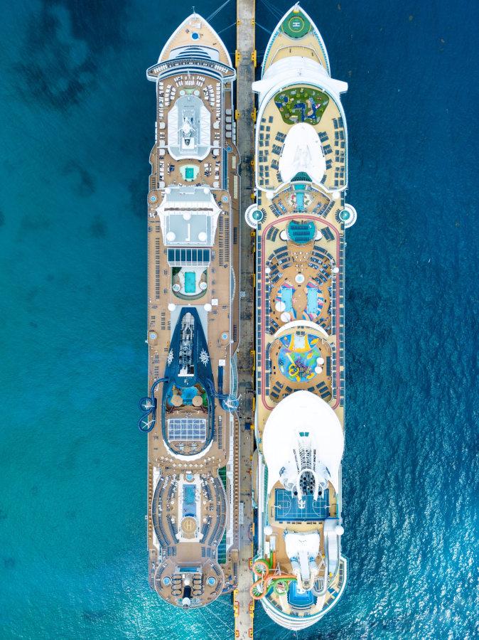Luftaufnahme von zwei Kreuzfahrtschiffen mit vielfältigen Freizeitangeboten