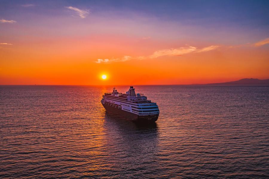 Auf einem Kreuzfahrtschiff die schönsten Sonnenuntergänge erleben