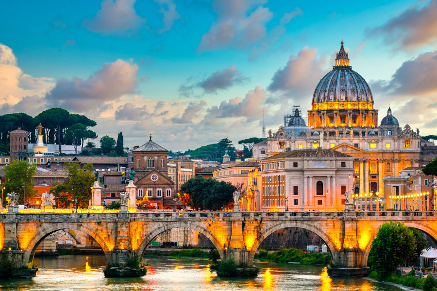 Petersdom und Ponte Vittorio Emanuele II-Brücke im Vatikan in Rom, Italien