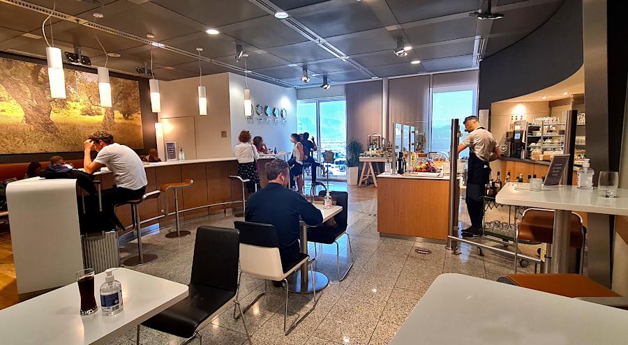 Lufthansa Business Lounge Athen mit Sitzmöglichkeiten, Bar und Buffet