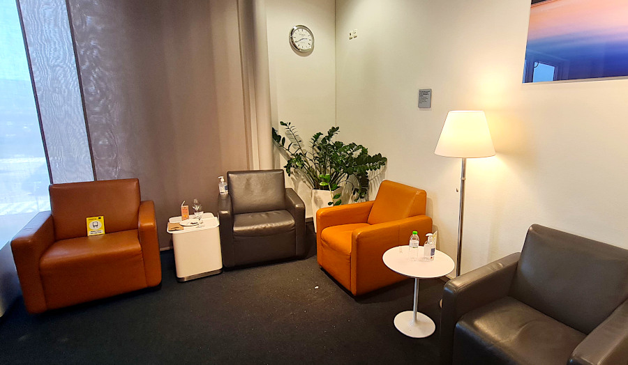 Sessel mit Mindestabstand in der Lufthansa Business Lounge Athen