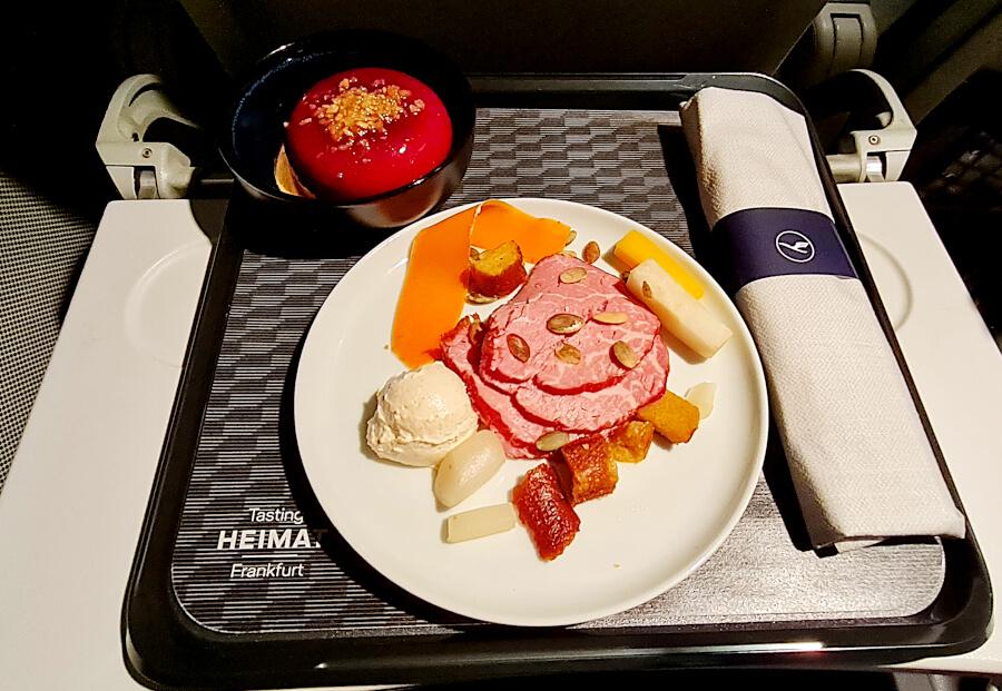 Ansprechendes Tasting Heimat Frankfurt Tablett in der Lufthansa Business Class-Kurzstrecke