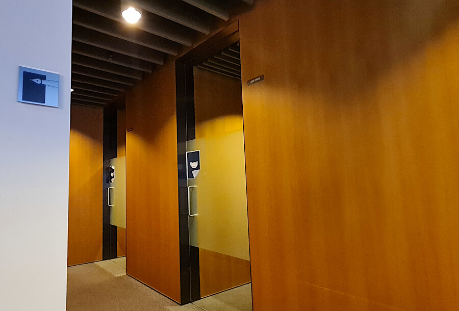 Arbeitsplatzkabinen in der Lufthansa Business Class Lounge A 26 in Frankfurt