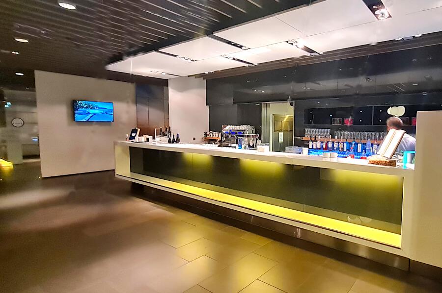 Bar in der Lufthansa Business Class Lounge A26 in Frankfurt