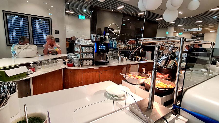 Barbereich mit warmen Gerichten in der Lufthansa Business Class Lounge A 13 in Frankfurt