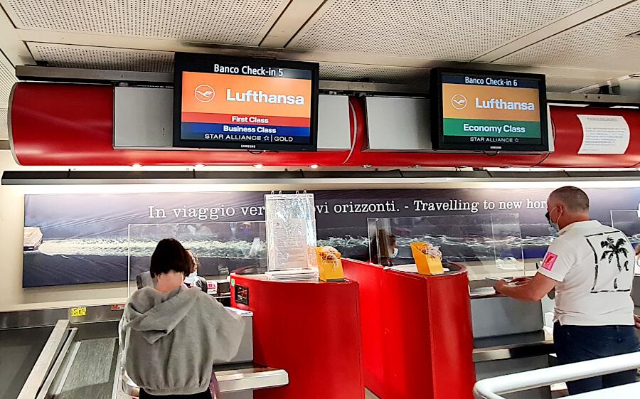 Check-in Lufthansa am Flughafen Genua