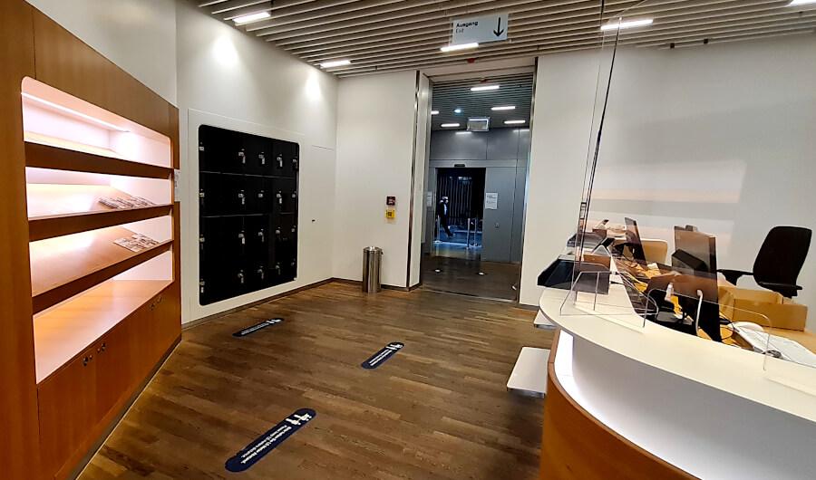 Eingangsbereich mit Schließfächern der Lufthansa Business Class Lounge A 13 in Frankfurt
