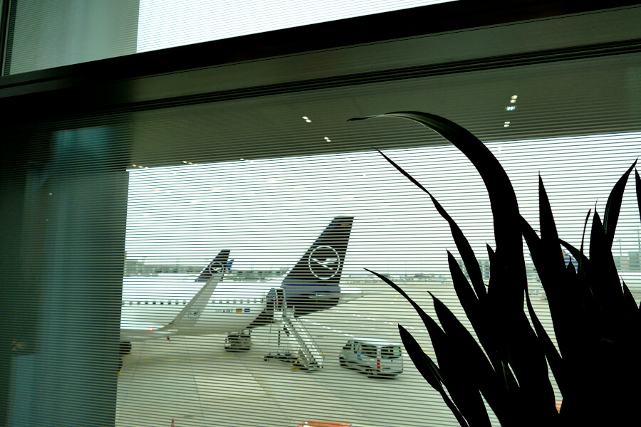 Eingeschränkte Sicht durch folierte Fenster in der Lufthansa Business Class Lounge A 13 in Frankfurt