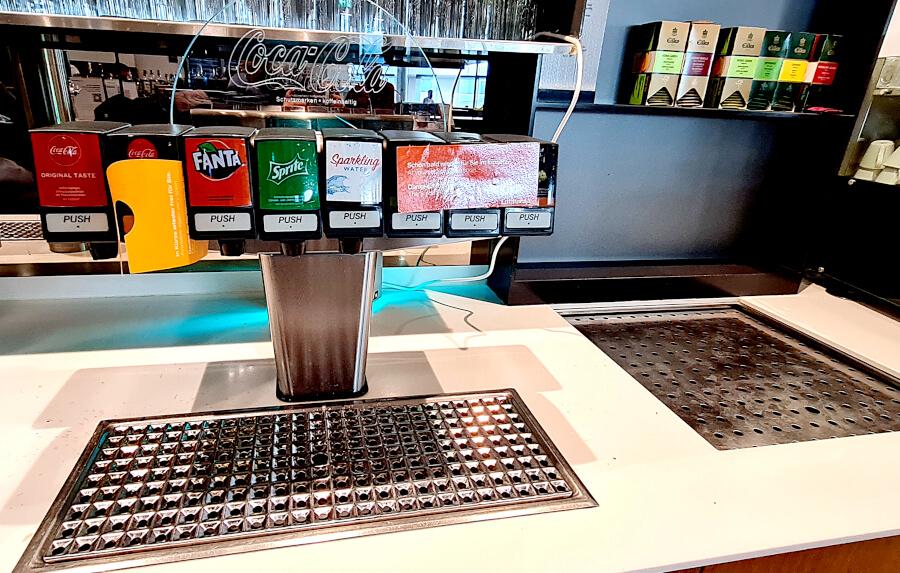 Das Getränkebuffet in der Lufthansa Business Class Lounge A 13 in Frankfurt leider stark dezimiert