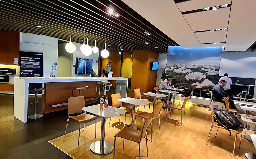 Mittlerer Sitzbereich in der Lufthansa Business Class Lounge A 26 in Frankfurt- dahinter mehrere Arbeitsplatzkabinen