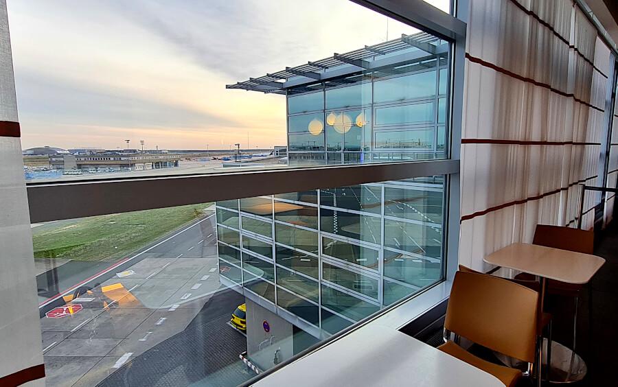 Aussicht auf das Rollfeld in der Lufthansa Business Class Lounge A26 in Frankfurt