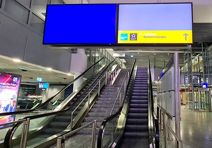 Rolltreppe zu Lufthansa Business Class Lounge A26 in Frankfurt