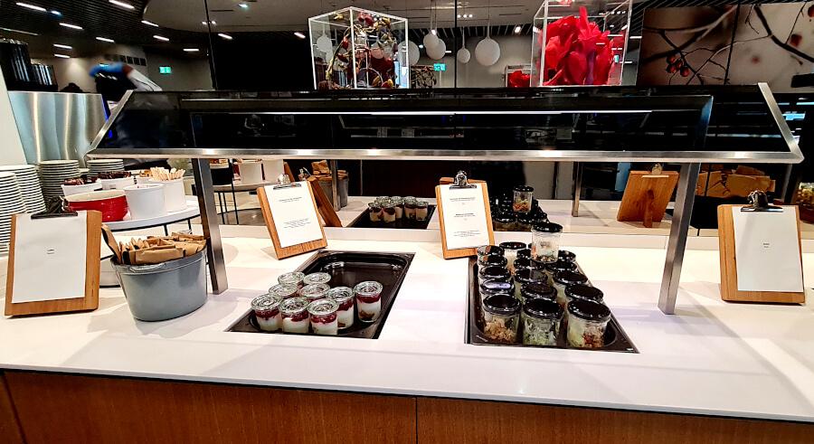 Salate und Dessert in Glässchen in der Lufthansa Business Class Lounge A 13 in Frankfurt