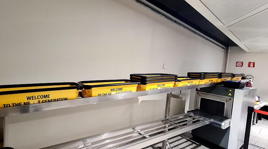 Schalen auf Transportband im Securitybereich Flughafen Genua