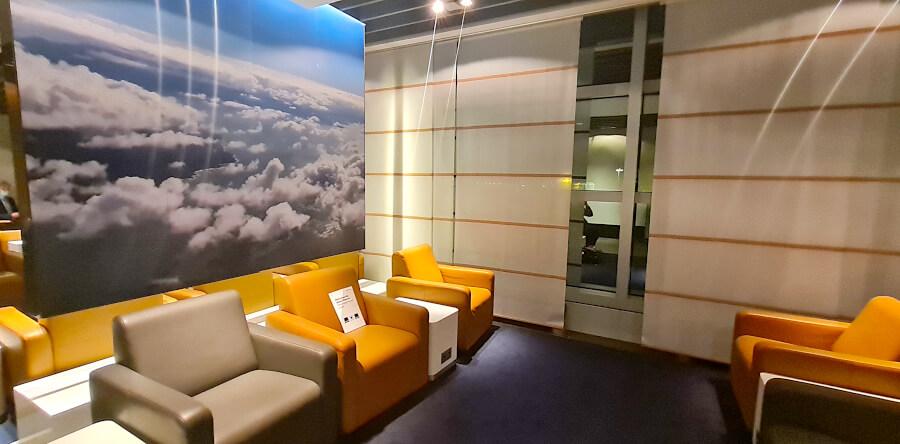 Sesselbereich in der Lufthansa Business Class Lounge A 26 in Frankfurt
