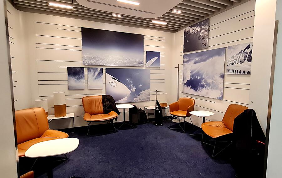 Raum mit Sesseln in der Lufthansa Business Class Lounge A 13 in Frankfurt