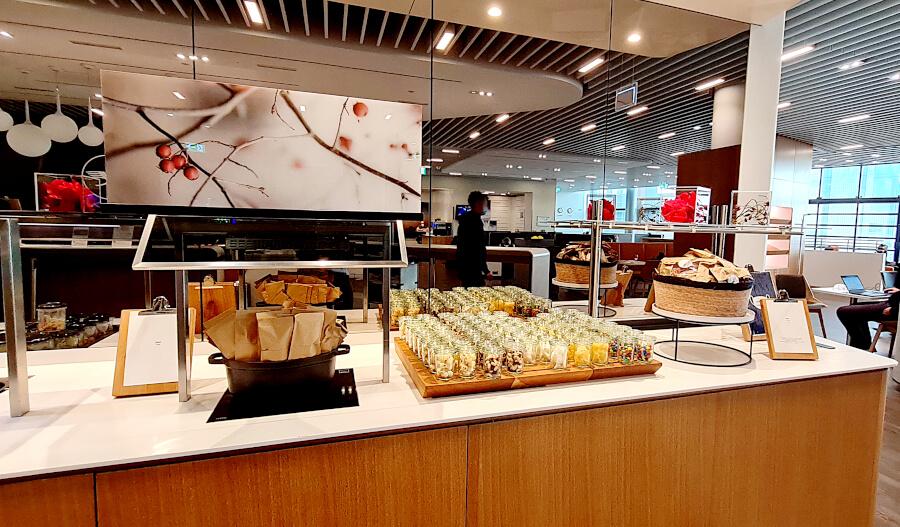 Diverse Snacks in Glässchen in der Lufthansa Business Class Lounge A 13 in Frankfurt