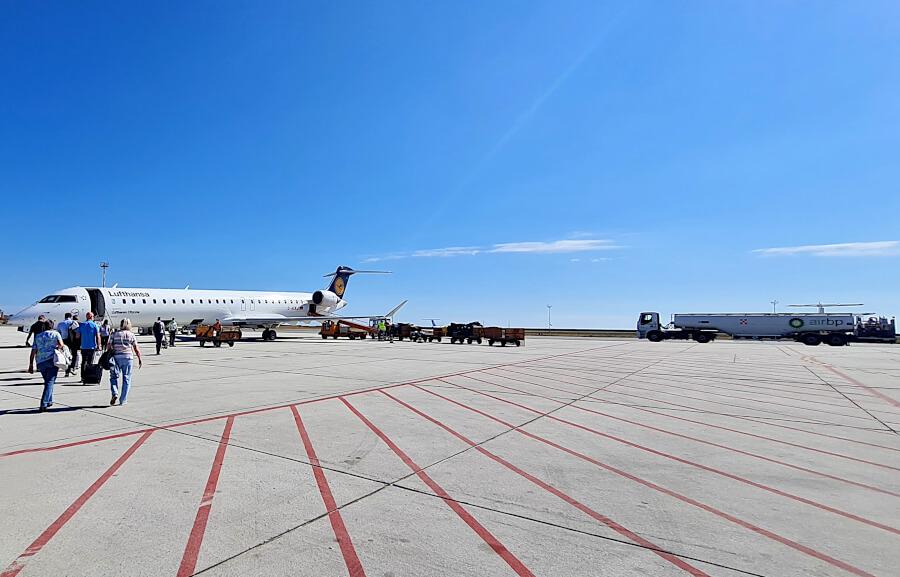 Über das Rollfeld in Genua zur Lufthansa Bombardier CRJ900