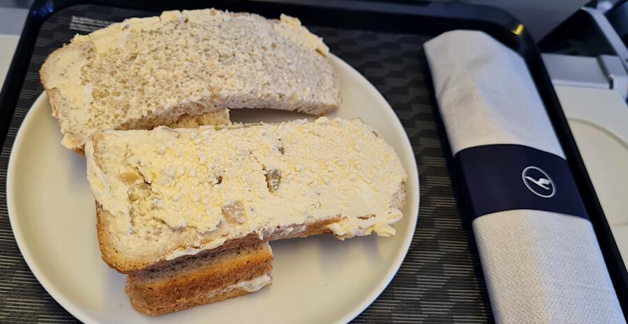 Undefinierbarer Aufstrich beim Tasting Heimat-Brot in der Lufthansa Business Class Kurzstrecke