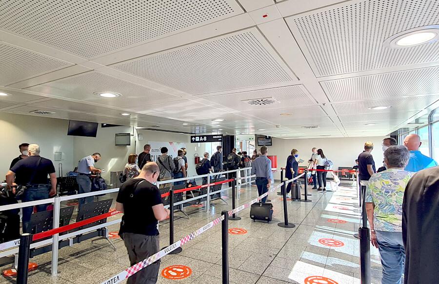 Warten am Gate in Genua